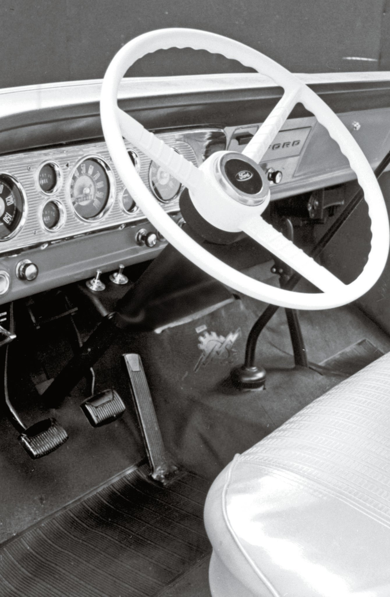 The late '60s and early '70s interiors were simple and spartan. The early 4WD F-Series trucks would not see an automatic transmission until the C6 three-speed was offered in '73 models.