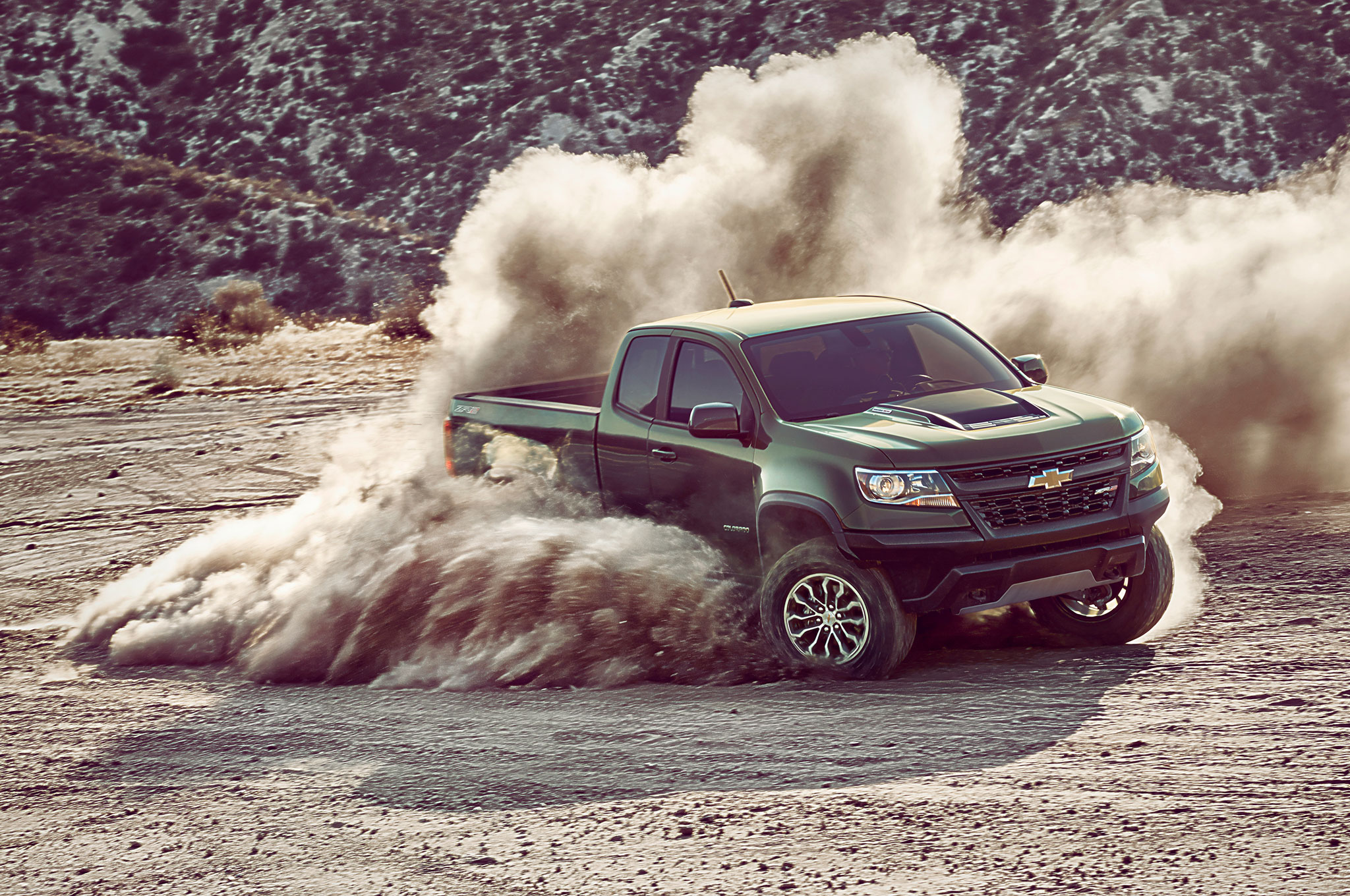2017 chevrolet colorado zr2 front quarter 01