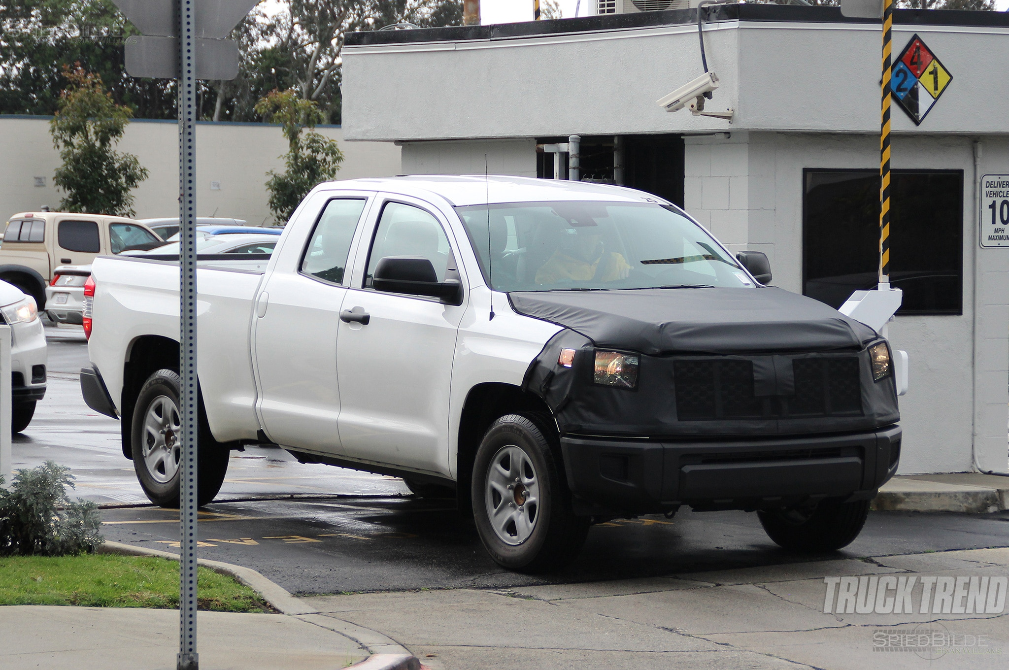 toyota tundra spied front quarter 04