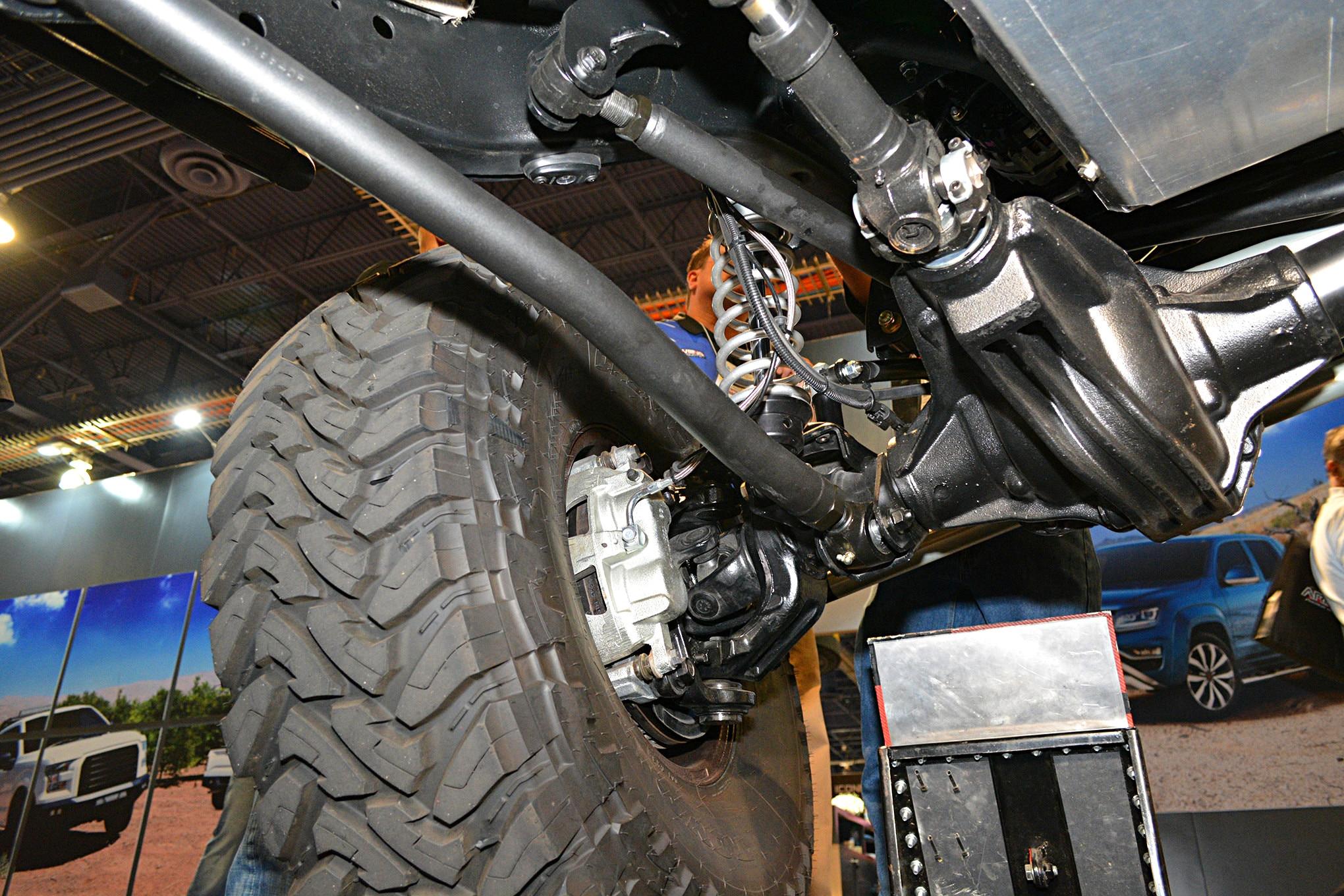 003 sema jeep mini feature 6x6 front axle.JPG