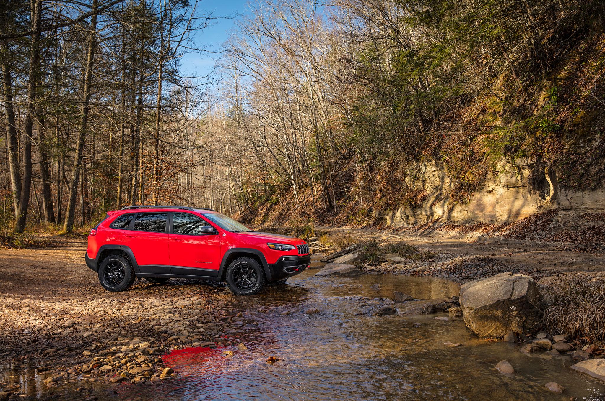 2019 Cherokee trailhawk front rocks water 2