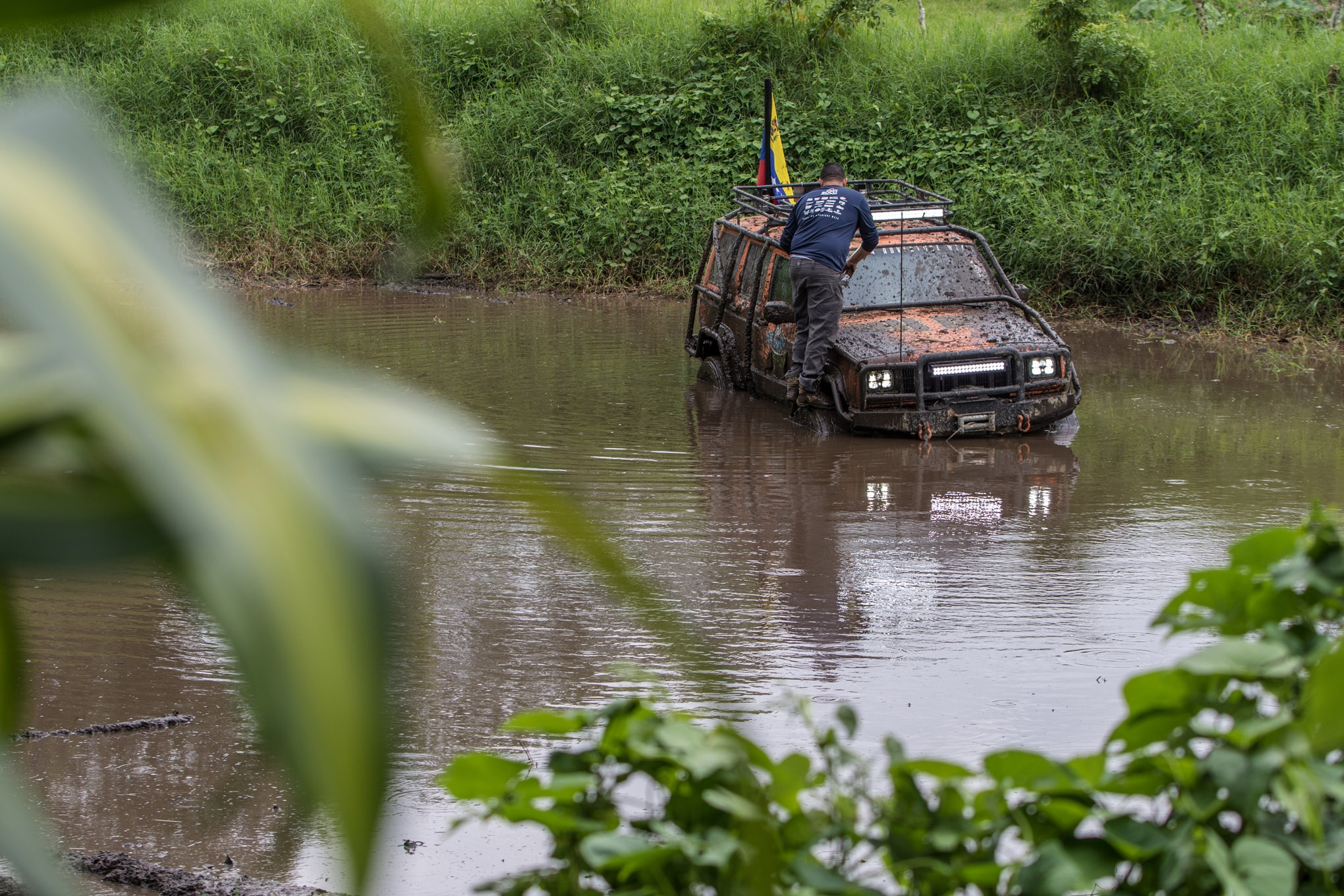 Cherokees can be used for everything from hauling the family to desert racing to rockcrawling, but this is the first time we have seen an XJ used as a boat! Jota Mauco saw this pond and just had to drive across it (or at least halfway across it).