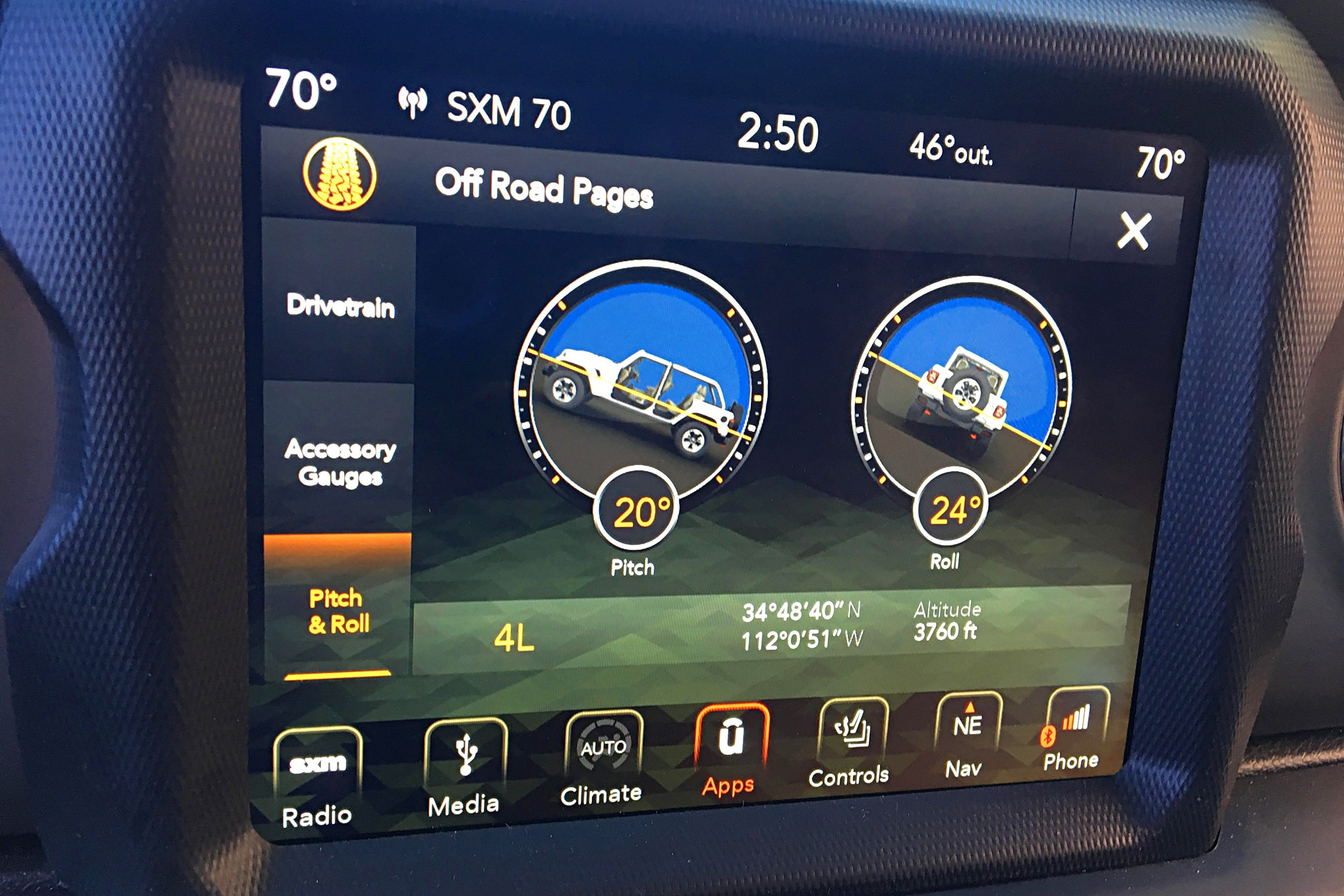 One of the cool features of the new JL is the Off-road Pages, which can alternate from pitch and roll to drivetrain status to a 5-gauge cluster.