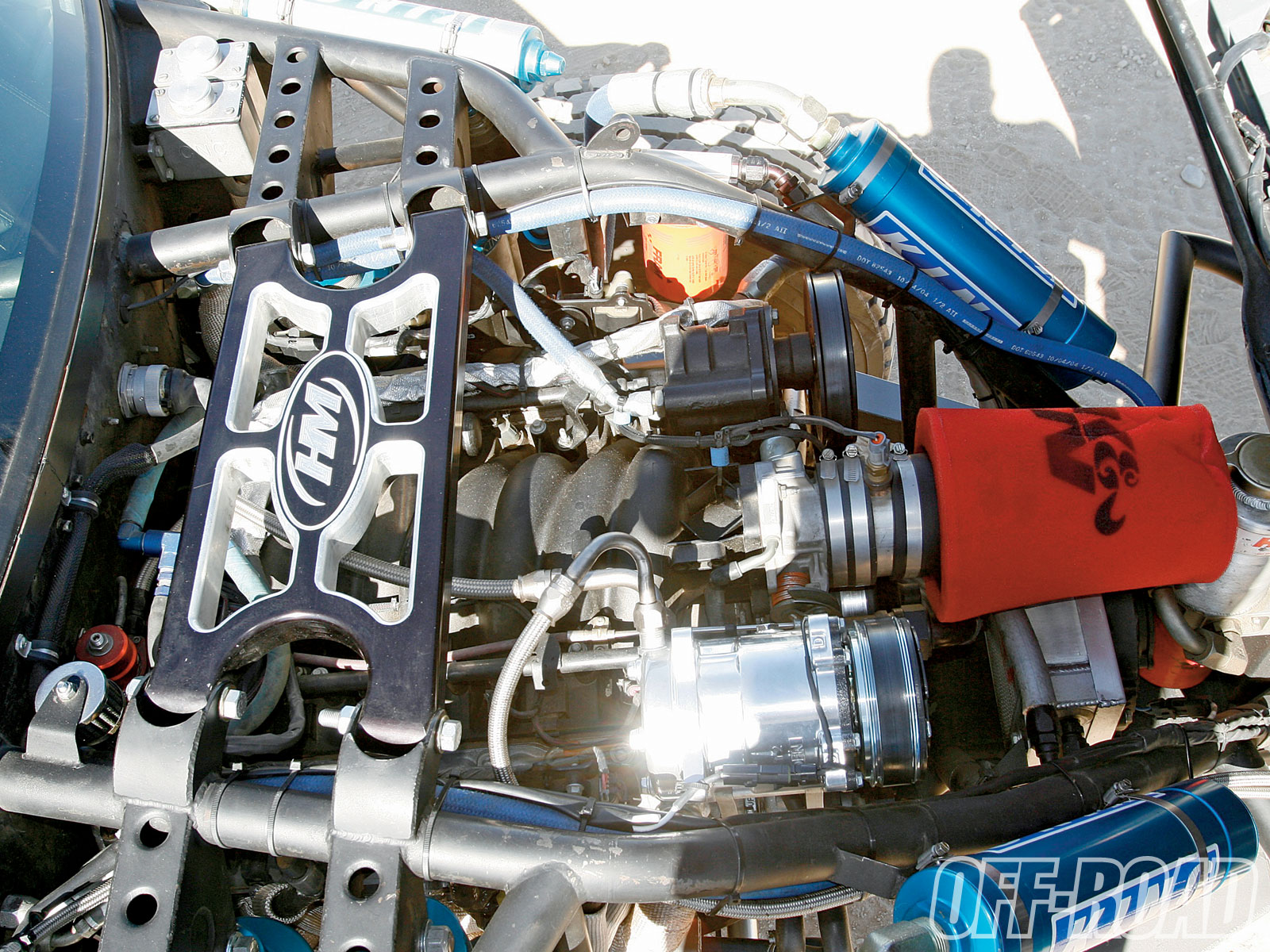 H&M added a custom aluminum cross bar across the engine to allow each access to the motor as well as good looks. Sometimes the little things make all the difference. The blue anodized reservoir cans from King also carry that finishing touch.