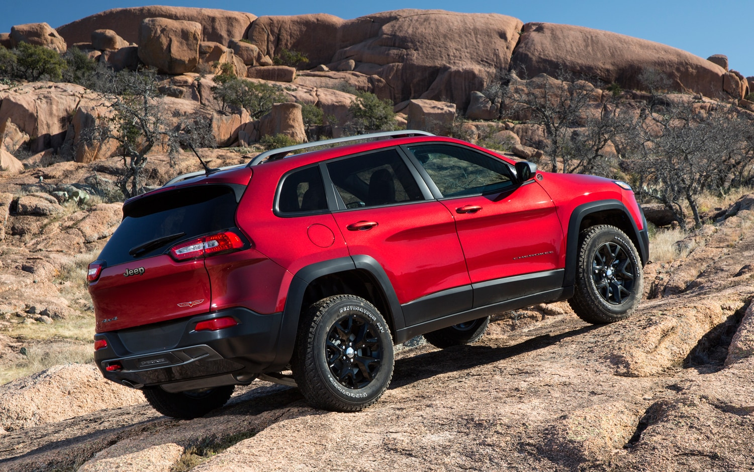 2014 Jeep Cherokee Trailhawk rear three quarters 02