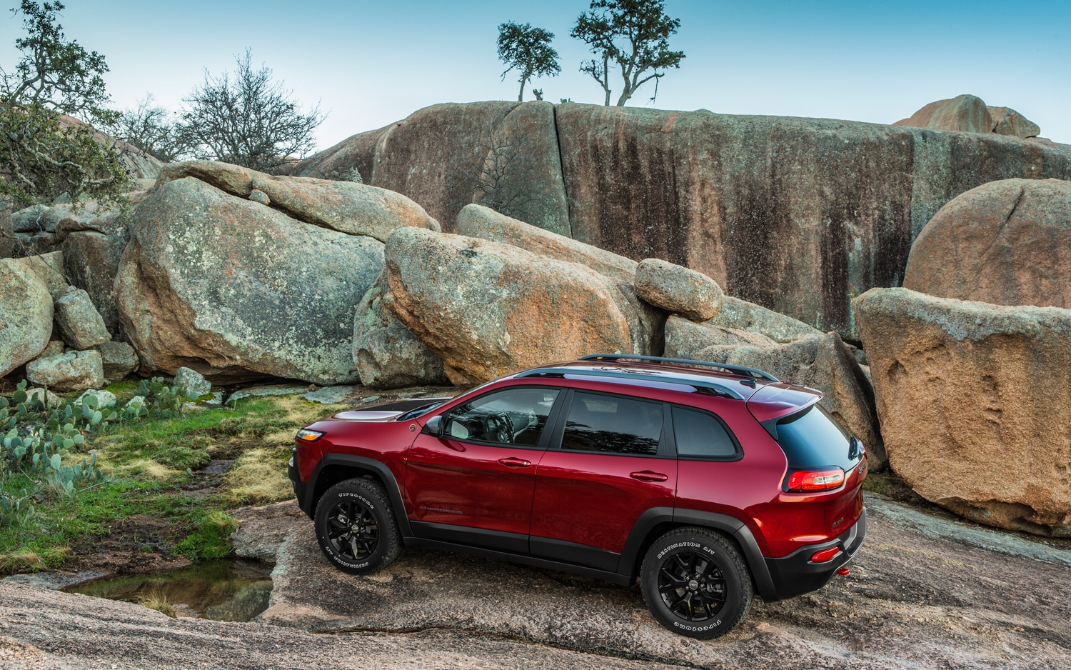 2014 Jeep Cherokee Trailhawk rear view 02
