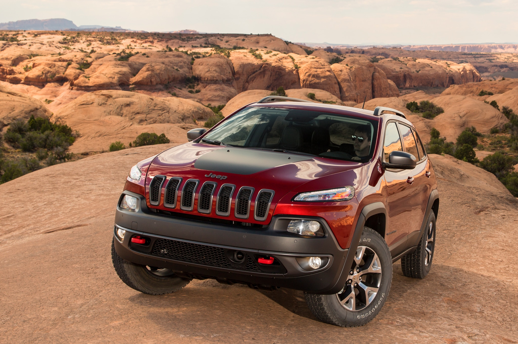 2014 Jeep Cherokee TrailHawk front three quarters view 02