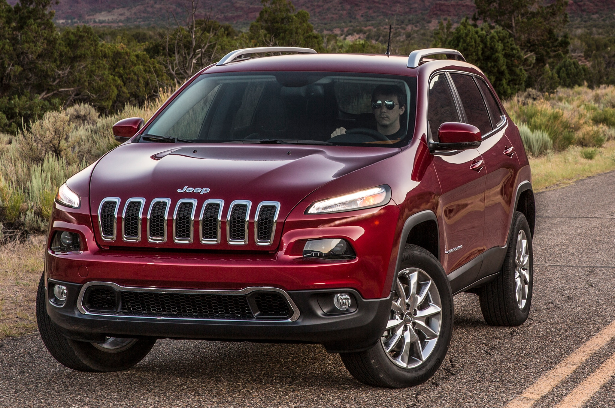 2014 Jeep Cherokee Limited front three quarters view 01
