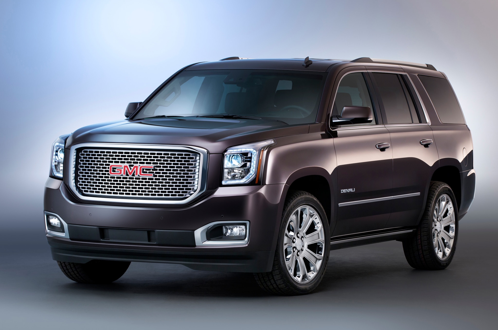 2015 GMC Yukon Denali front three quarters