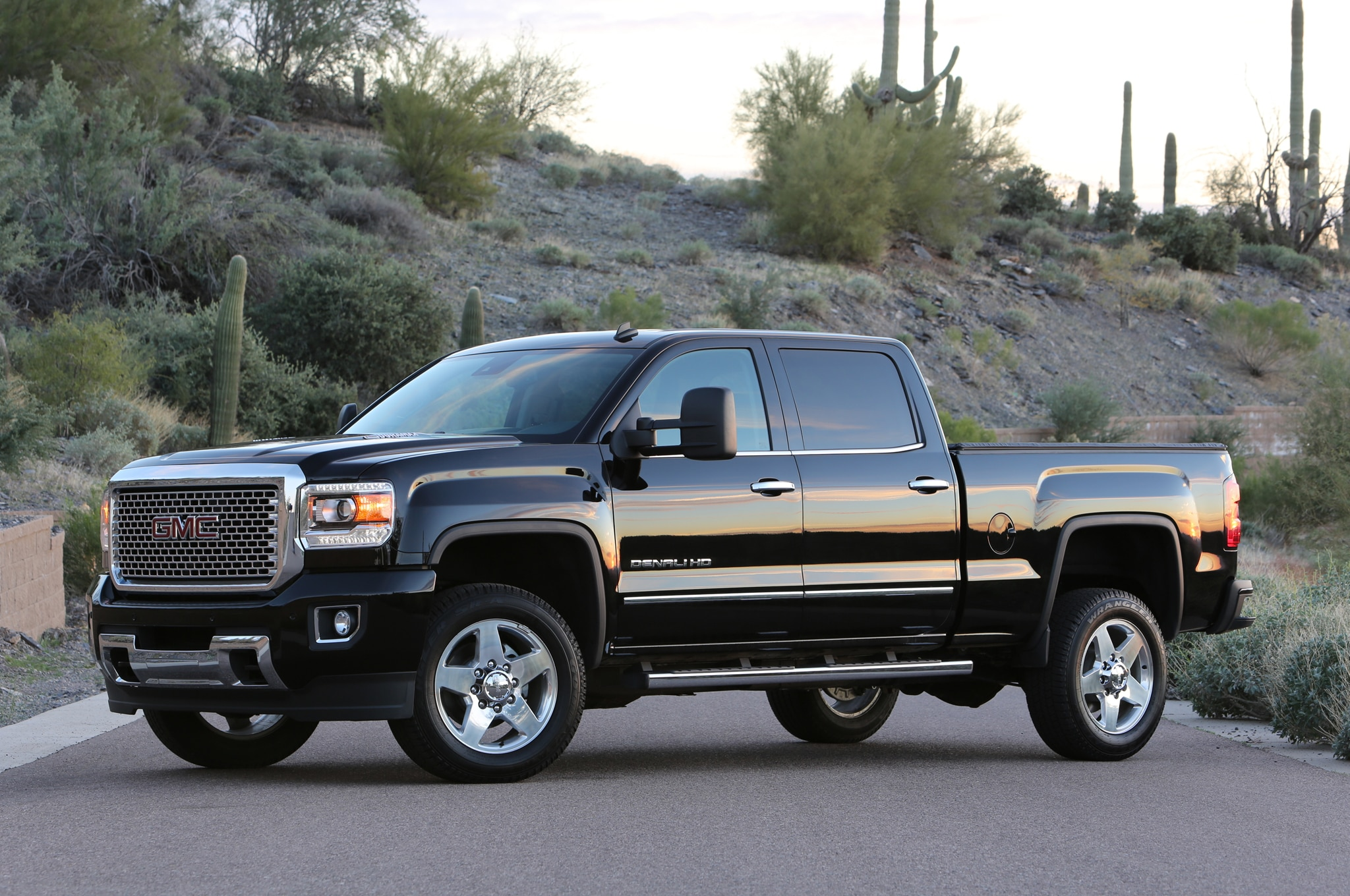 2015 GMC Sierra 2500HD Denali front drivers side view