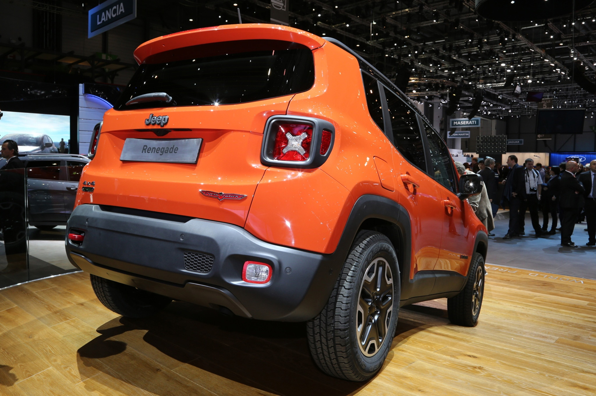 2015 Jeep Renegade Trailhawk show floor rear view decline