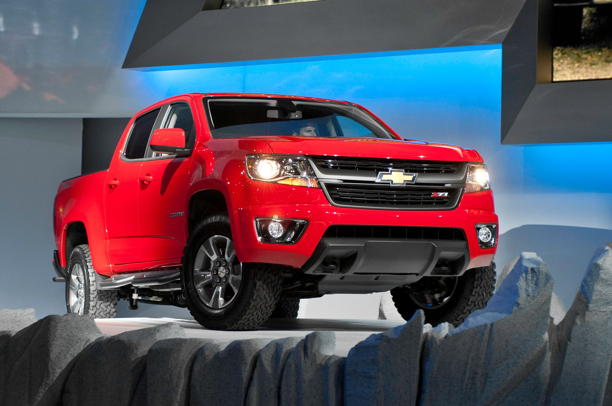2015 Chevrolet Colorado front three quarters view 01