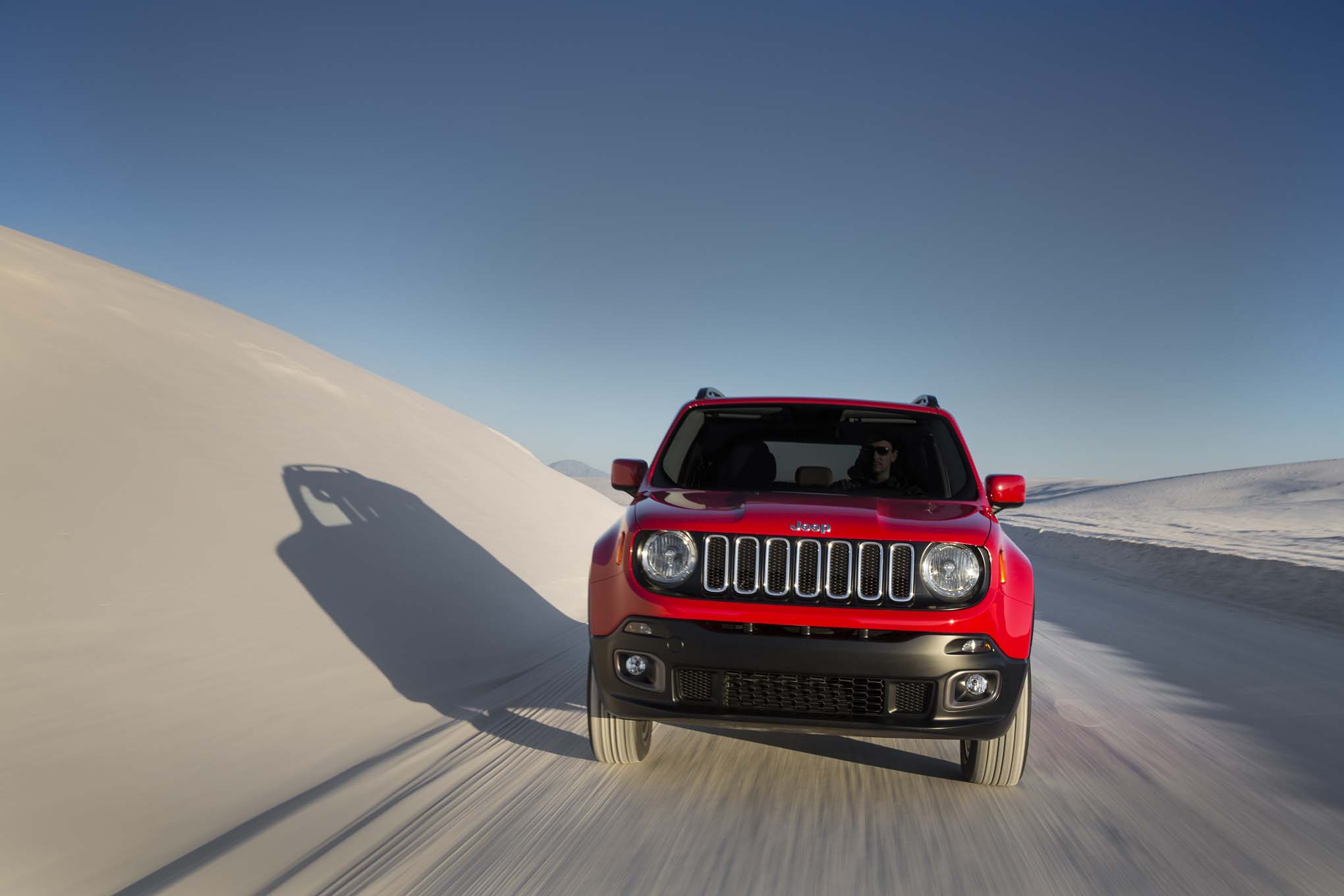 2015 Jeep Renegade Latitude front end in motion 03