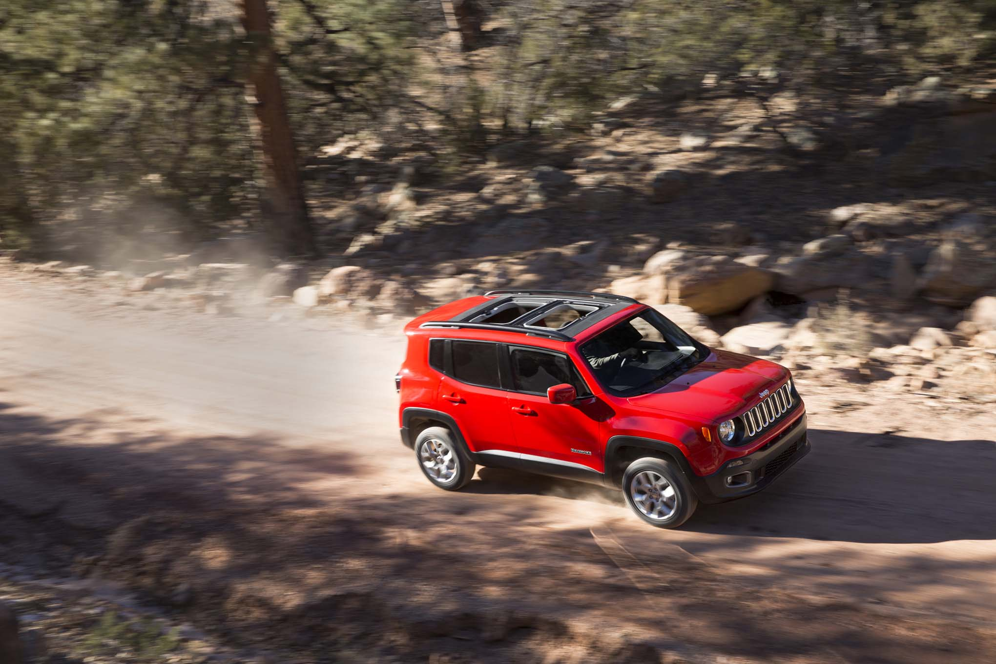 2015 Jeep Renegade Latitude front three quarters 07