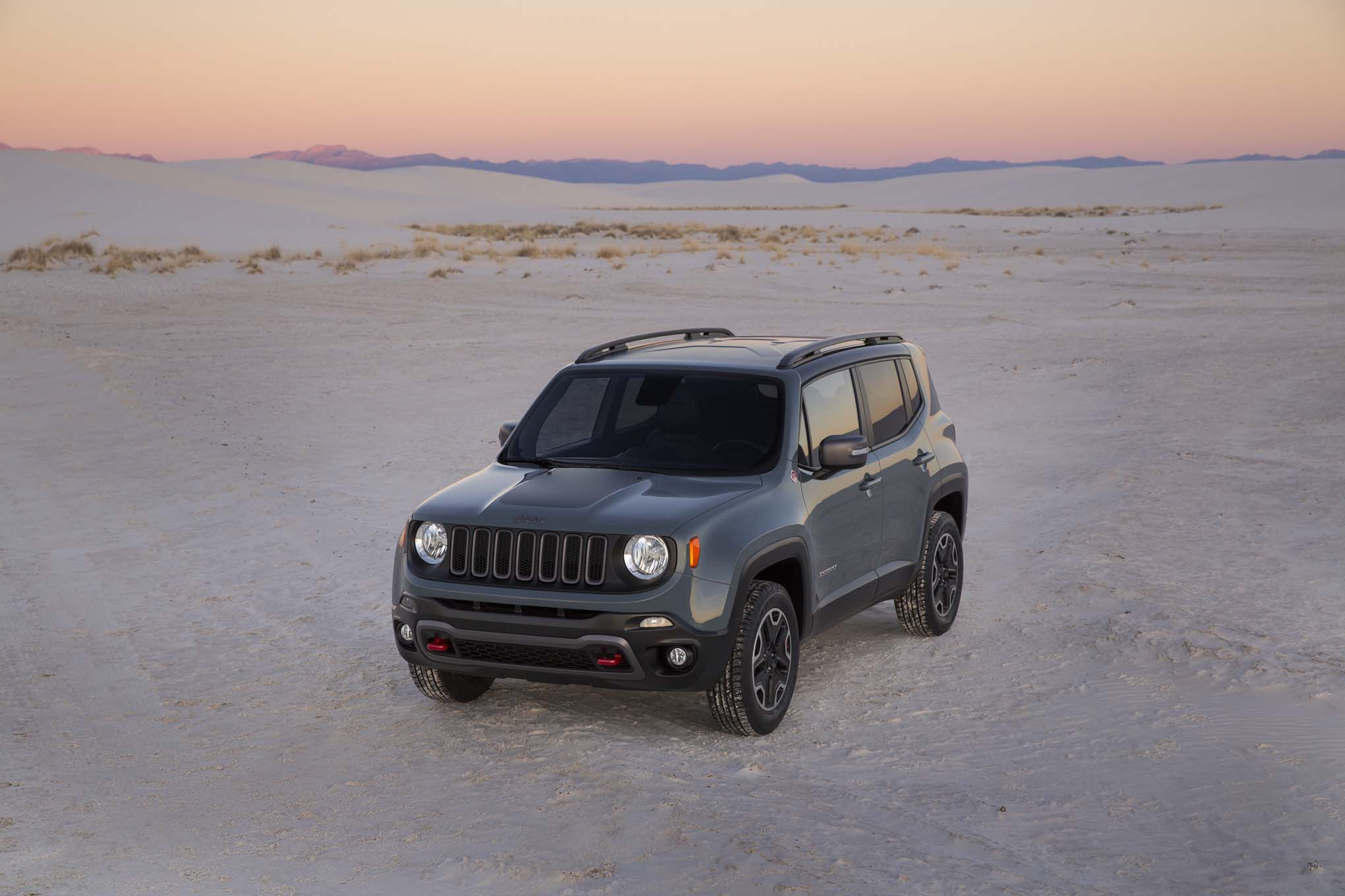 2015 Jeep Renegade Trailhawk front three quarters 04