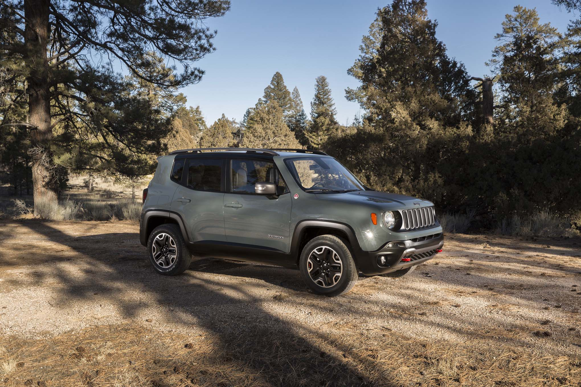 2015 Jeep Renegade Trailhawk front three quarters 06