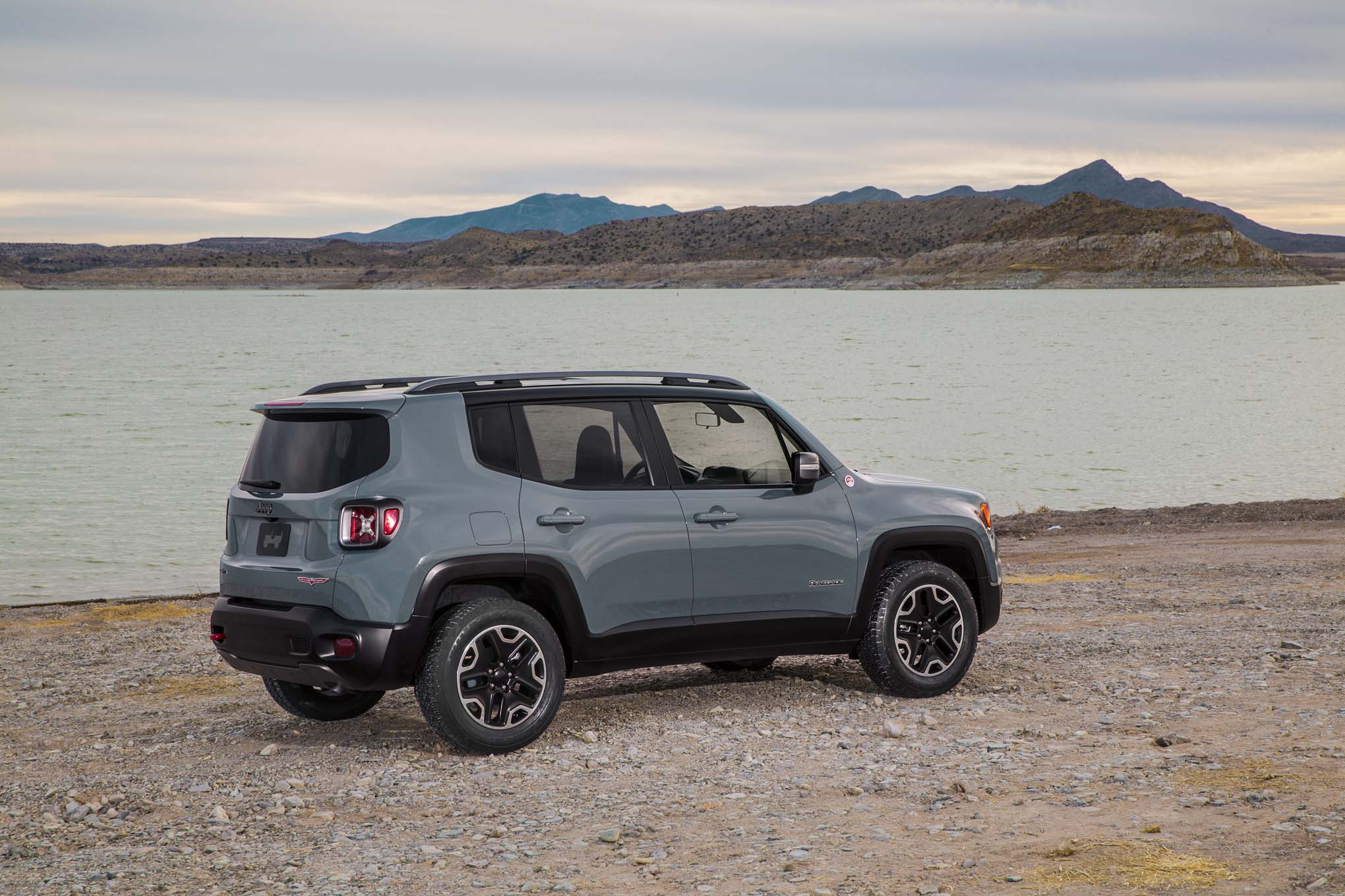 2015 Jeep Renegade Trailhawk rear three quarterse 02