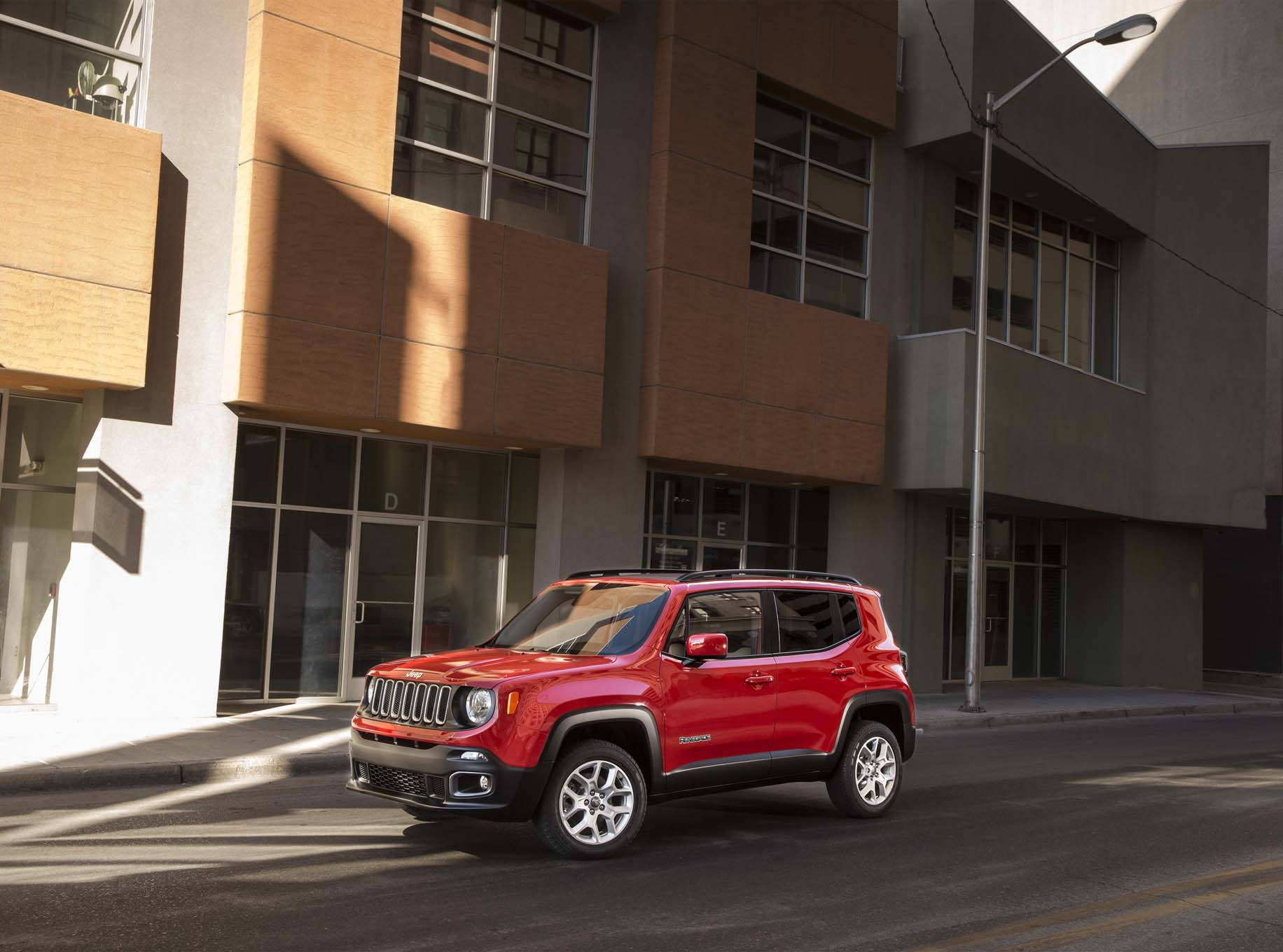 2015 Jeep Renegade Latitude front three quarter 02