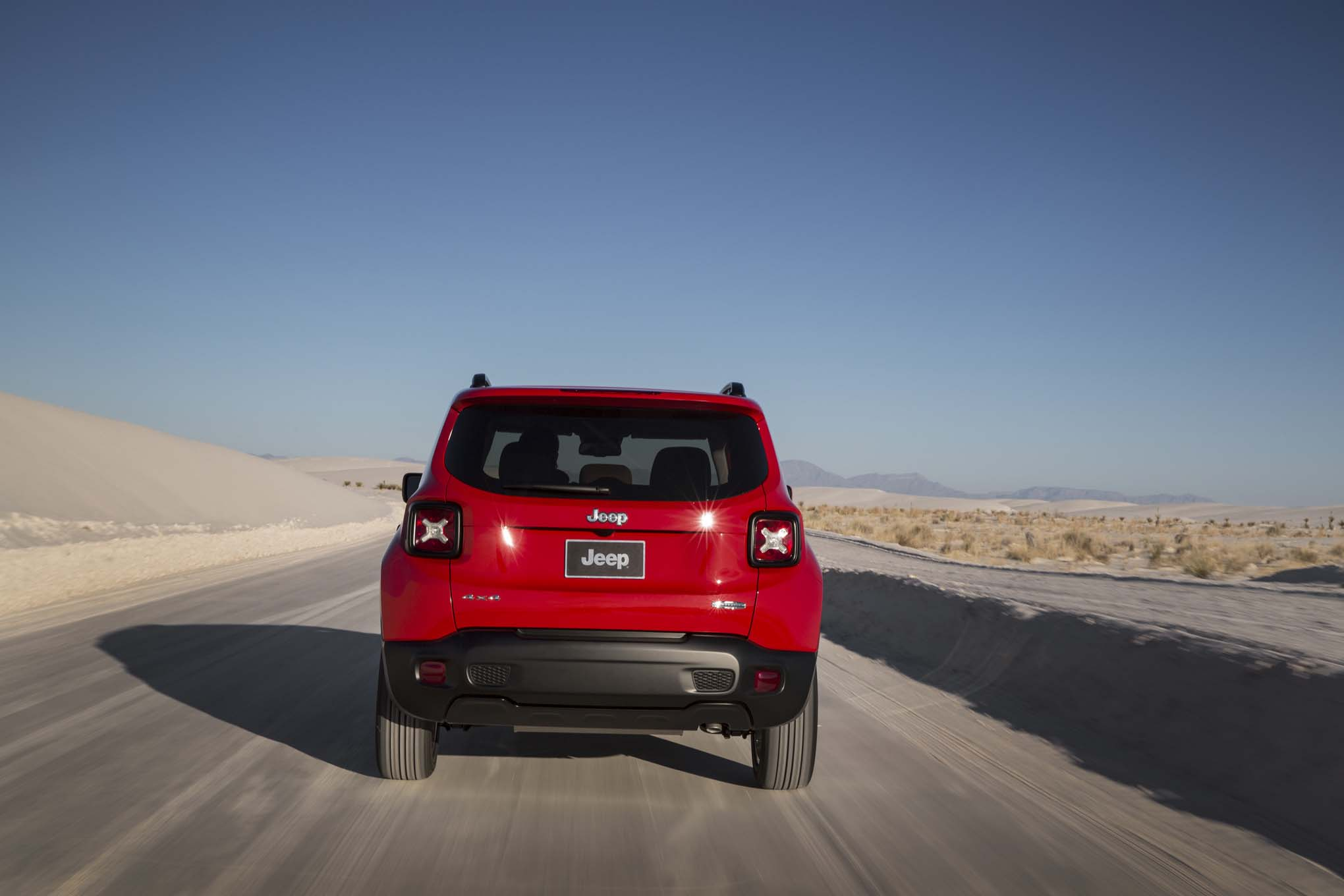 2015 Jeep Renegade Lattitude rear end in motion 03