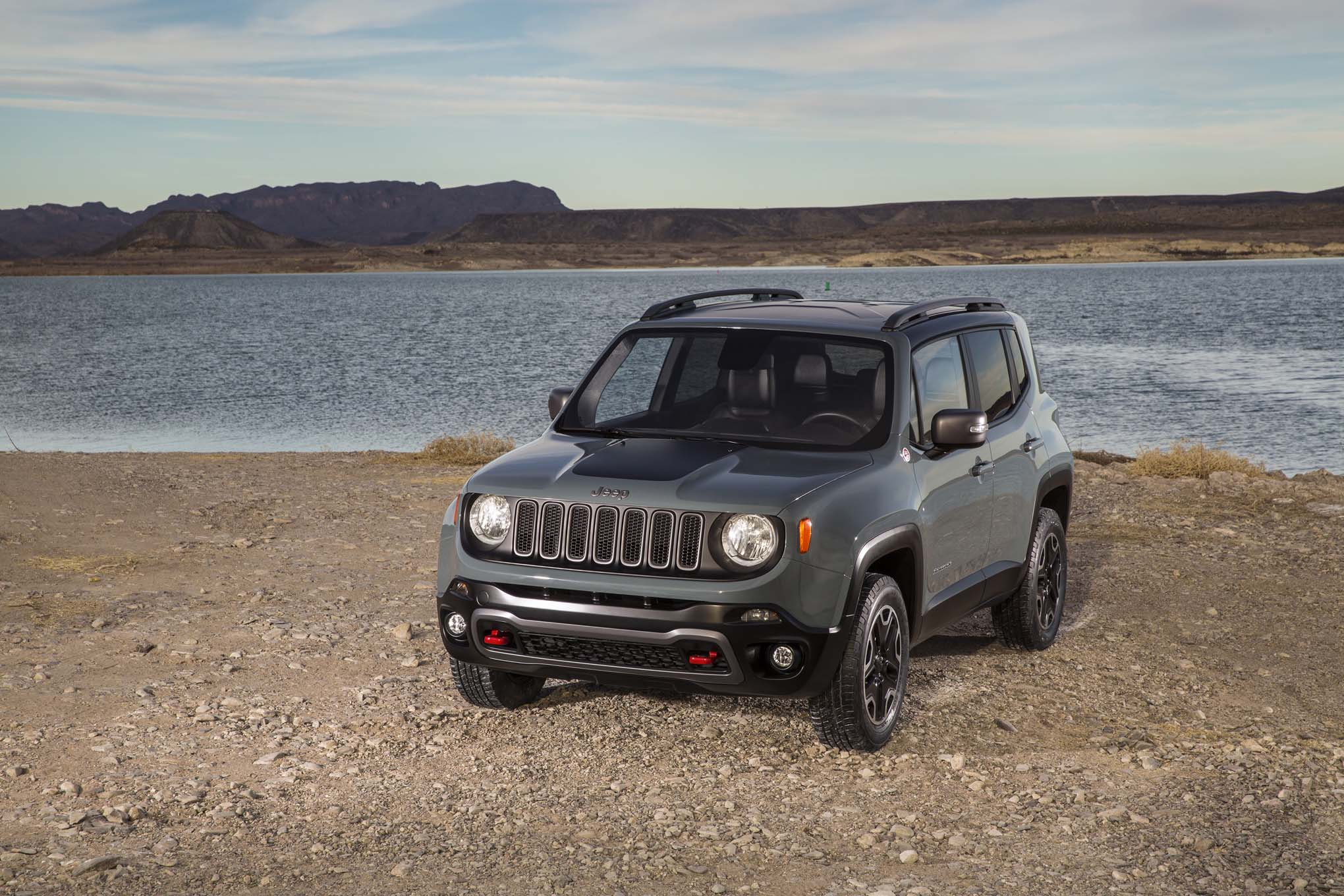 2015 Jeep Renegade Trailhawk front three quarters 02