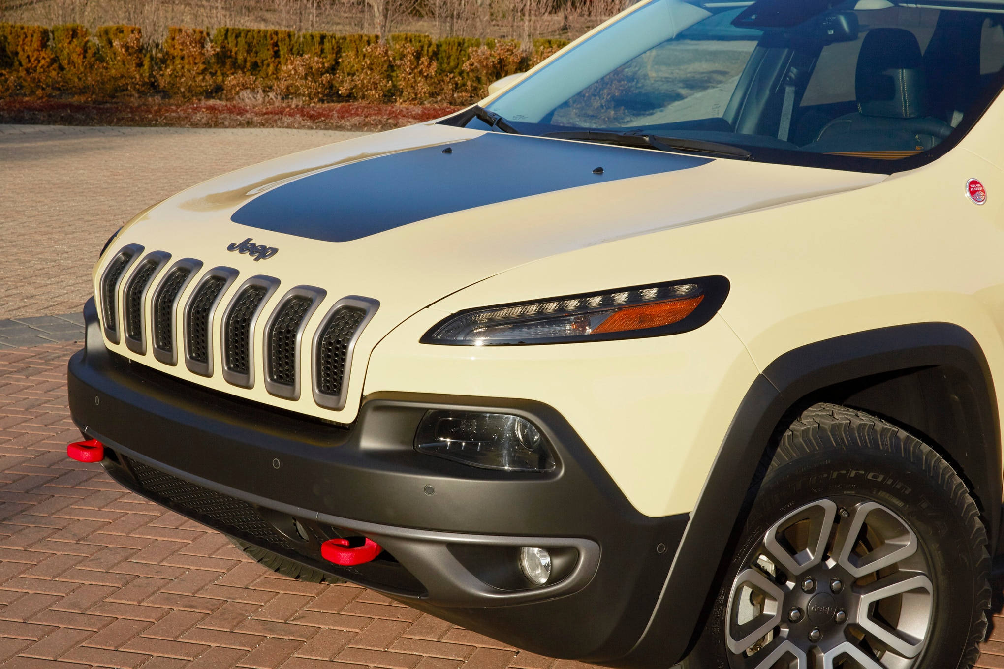 Jeep Cherokee Adventurer Concept front three quarter 02