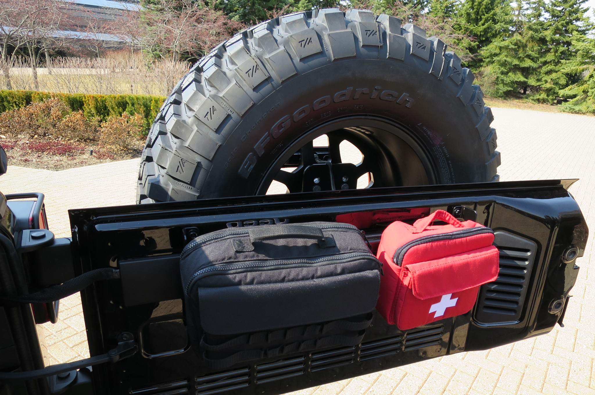 Jeep Wrangler Level Red Concept first aid kit 02