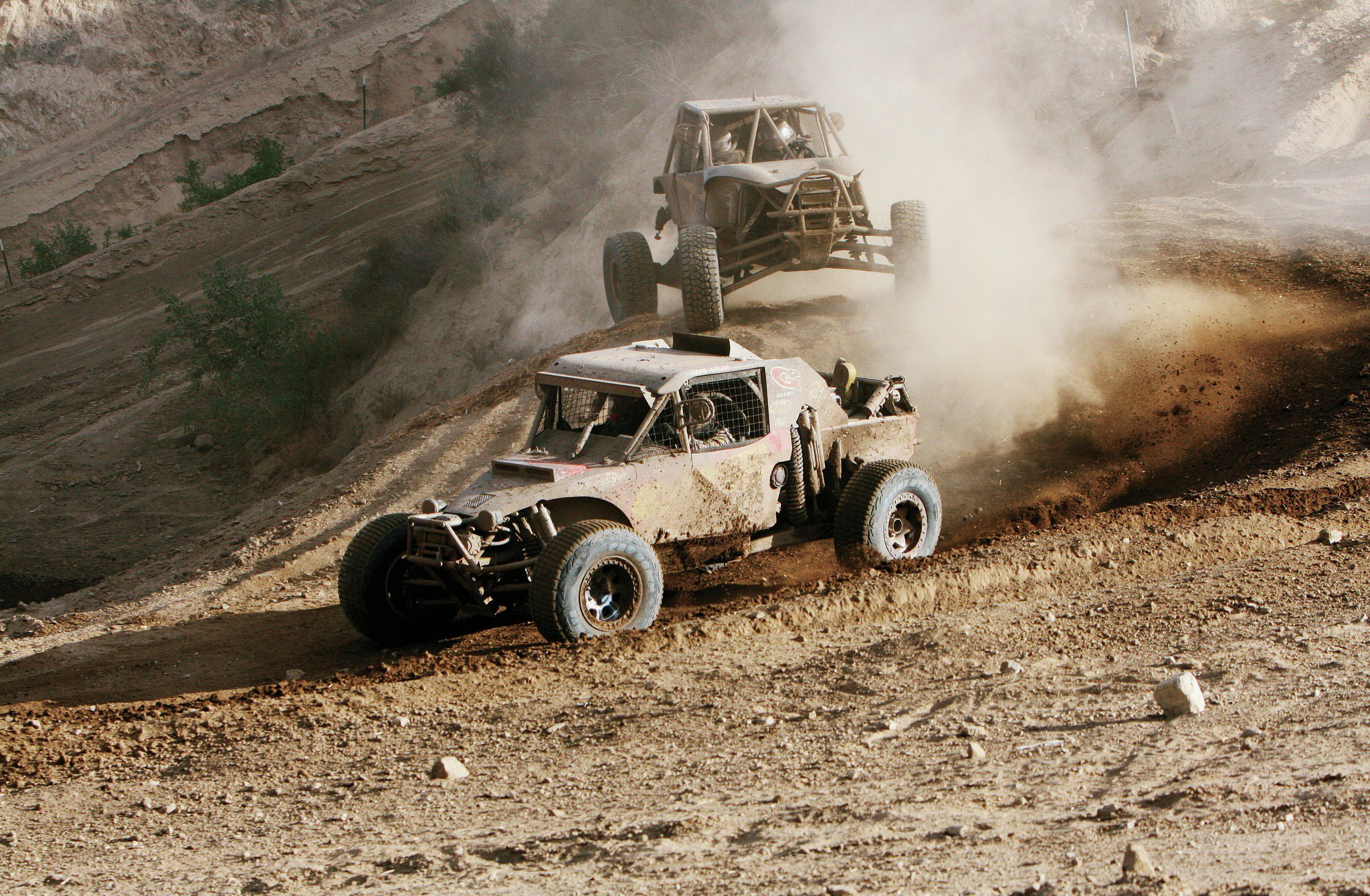 Clean air is a challenge at Glen Helen. The track gets dusty, and smog sometimes obscures the adjacent San Bernardino mountains. Here, title sponsor Greg Adler of 4Wheel Parts enjoyed a brief period of good visibility before mechanical problems eliminated him.