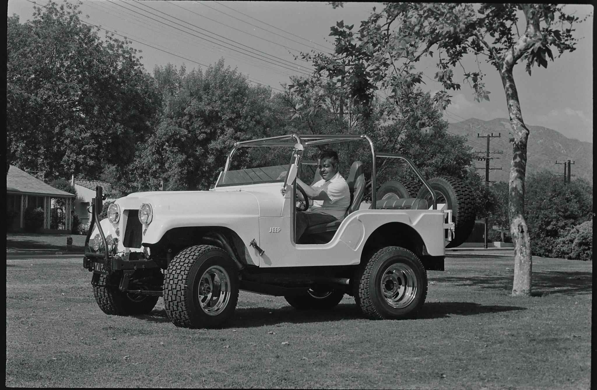 In its first, or competition, form, Super Jeep was equipped with a fiberglas sic hood and fender unit. Though light and strong, the owner decided that the steel stock pieces were what he wanted.