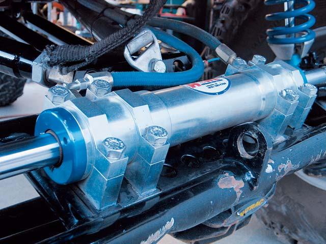 129 0611 01 z+hydraulic steering tech+steering ram closeup