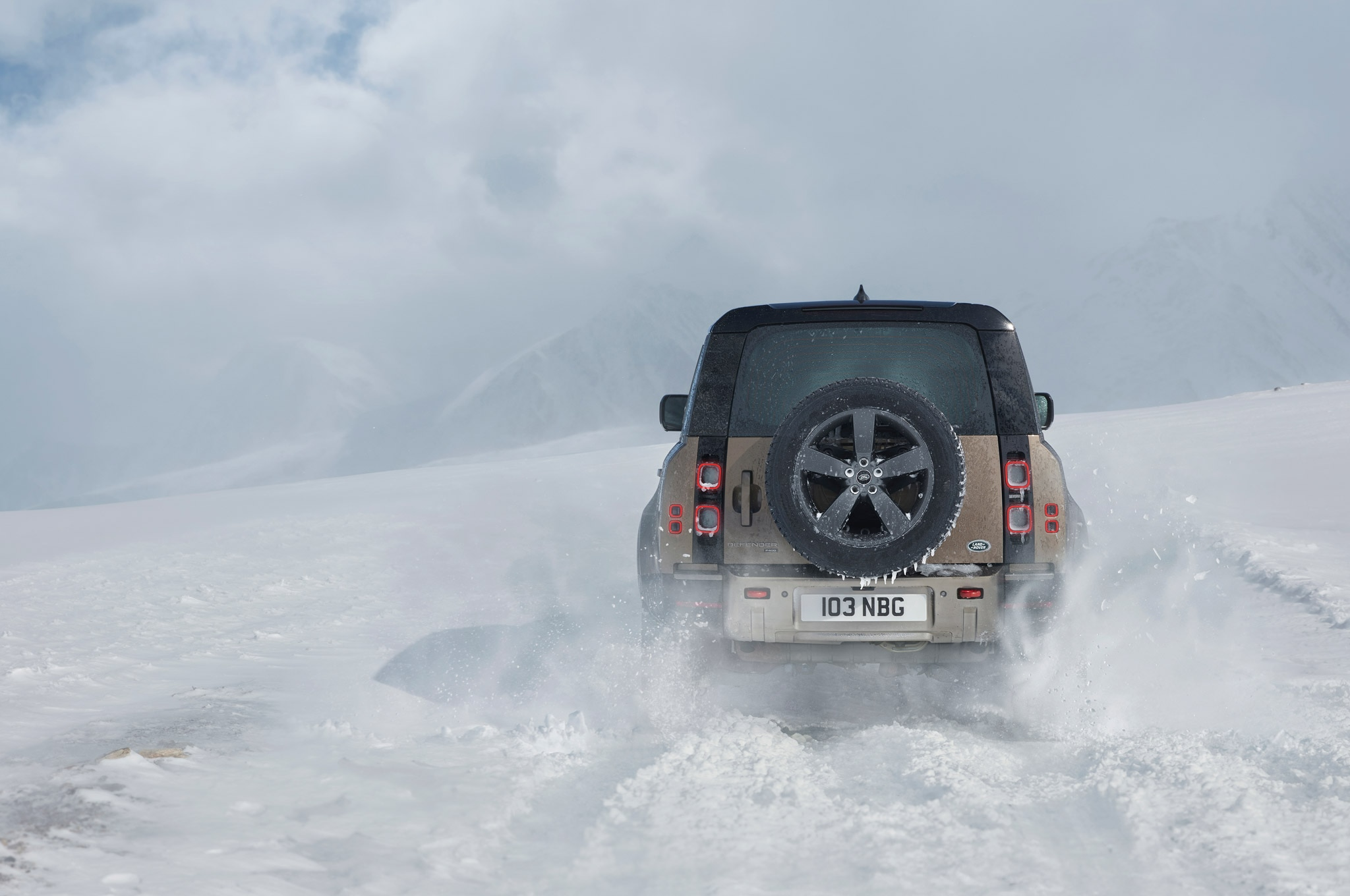 2020 land rover defender 110 off road snow 02