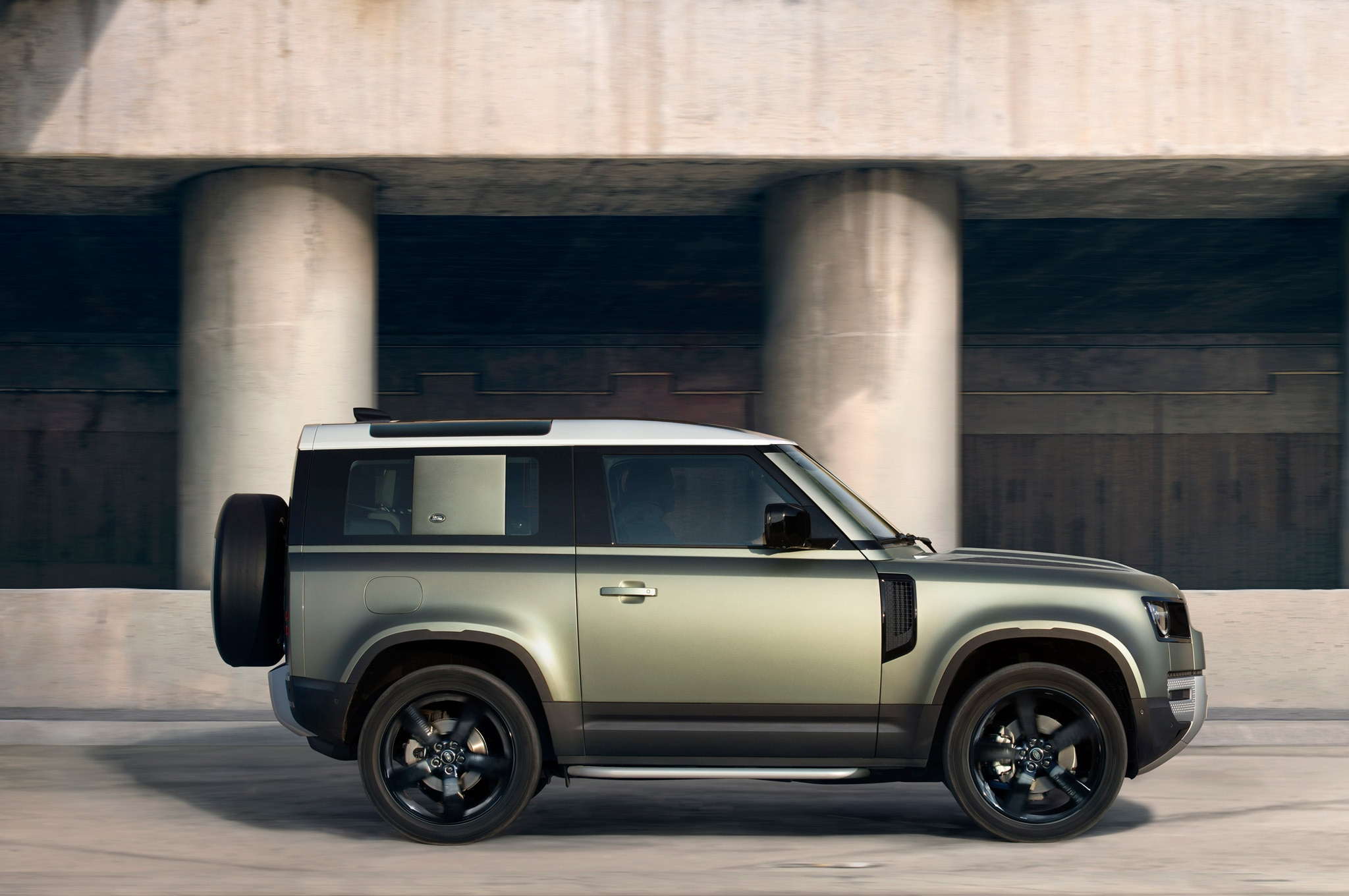 2020 land rover defender 90 exterior side profile 03