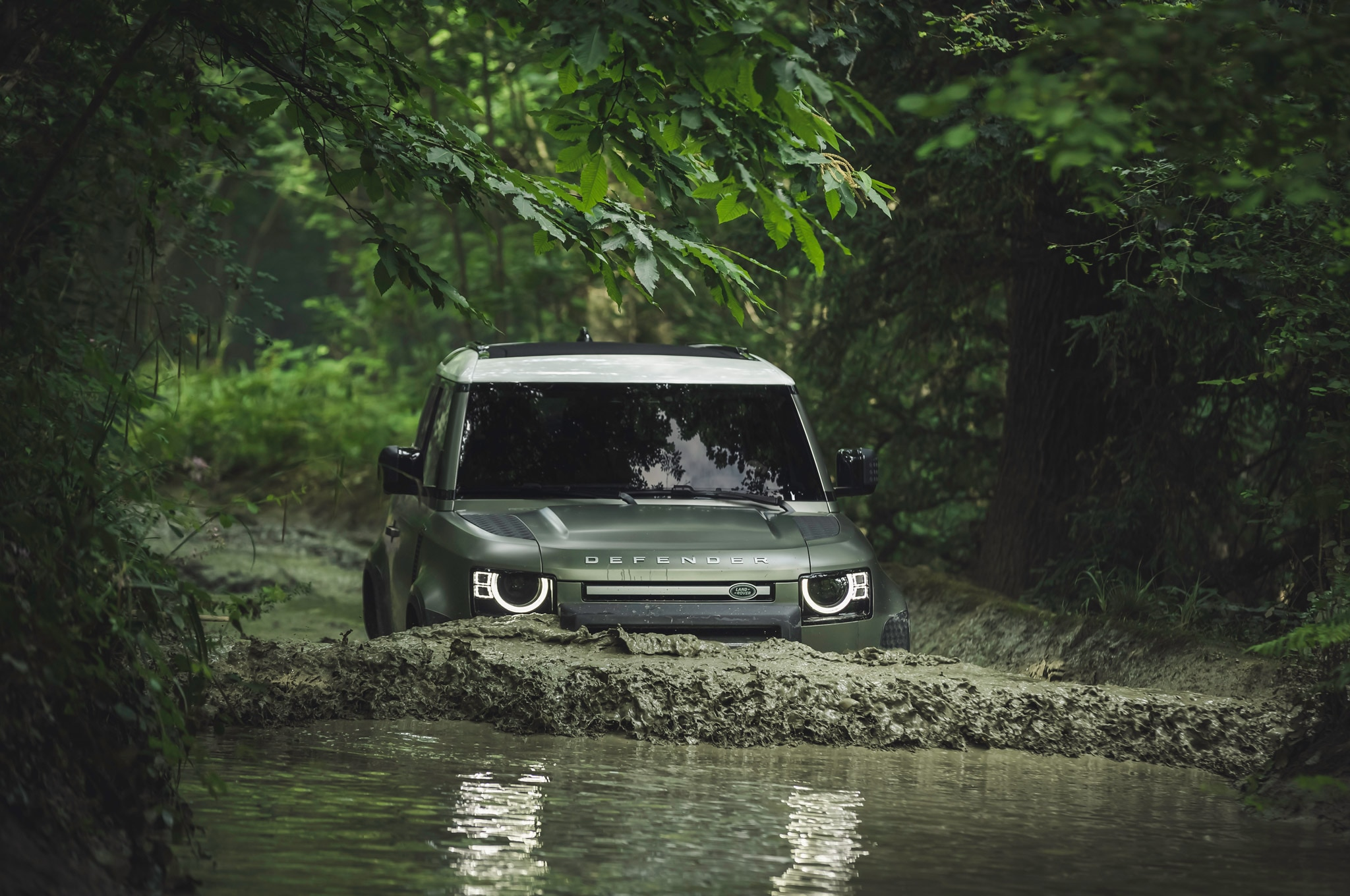 2020 land rover defender 90 off road mud 02