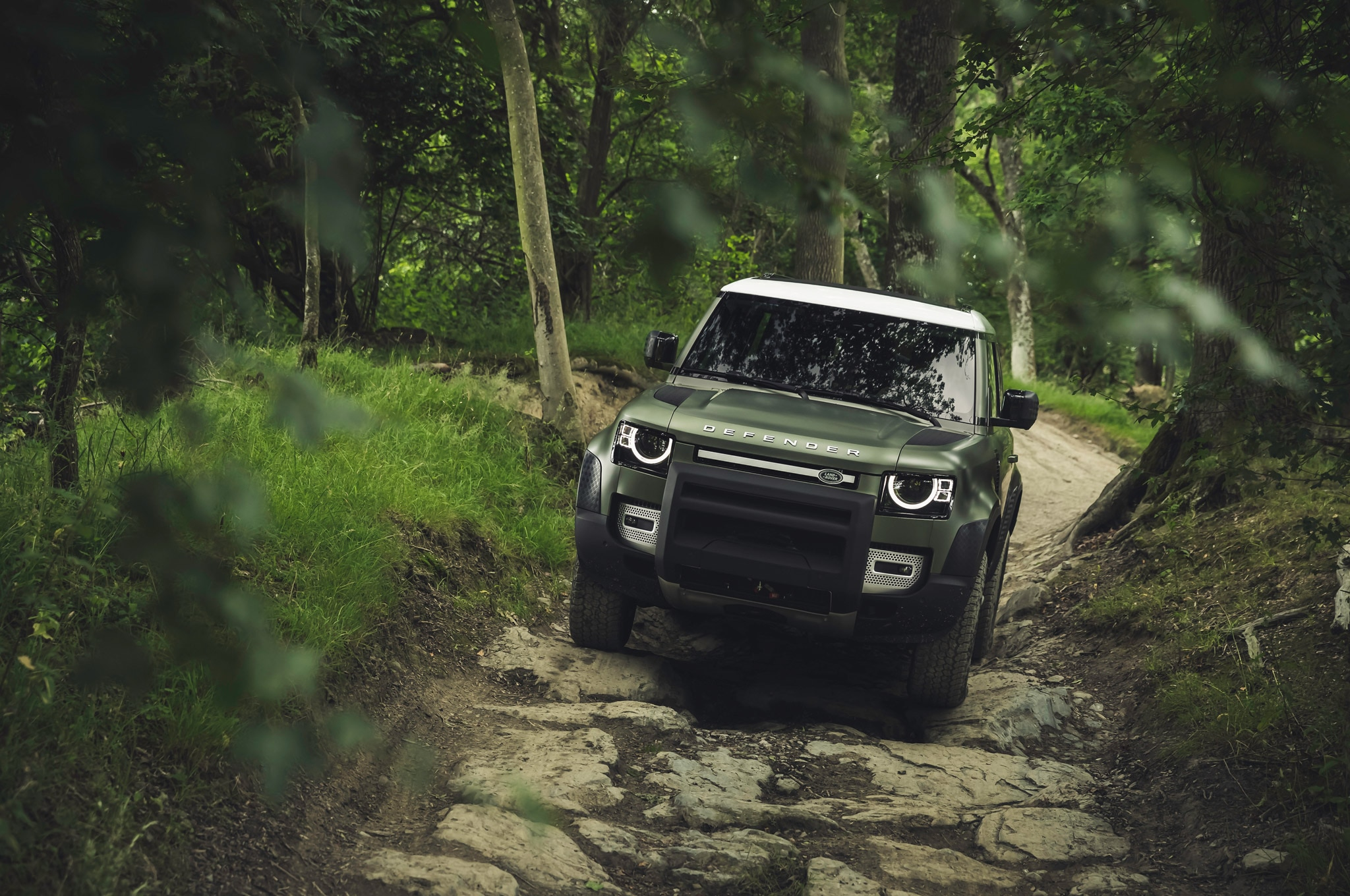 2020 land rover defender 90 off road rocks 01