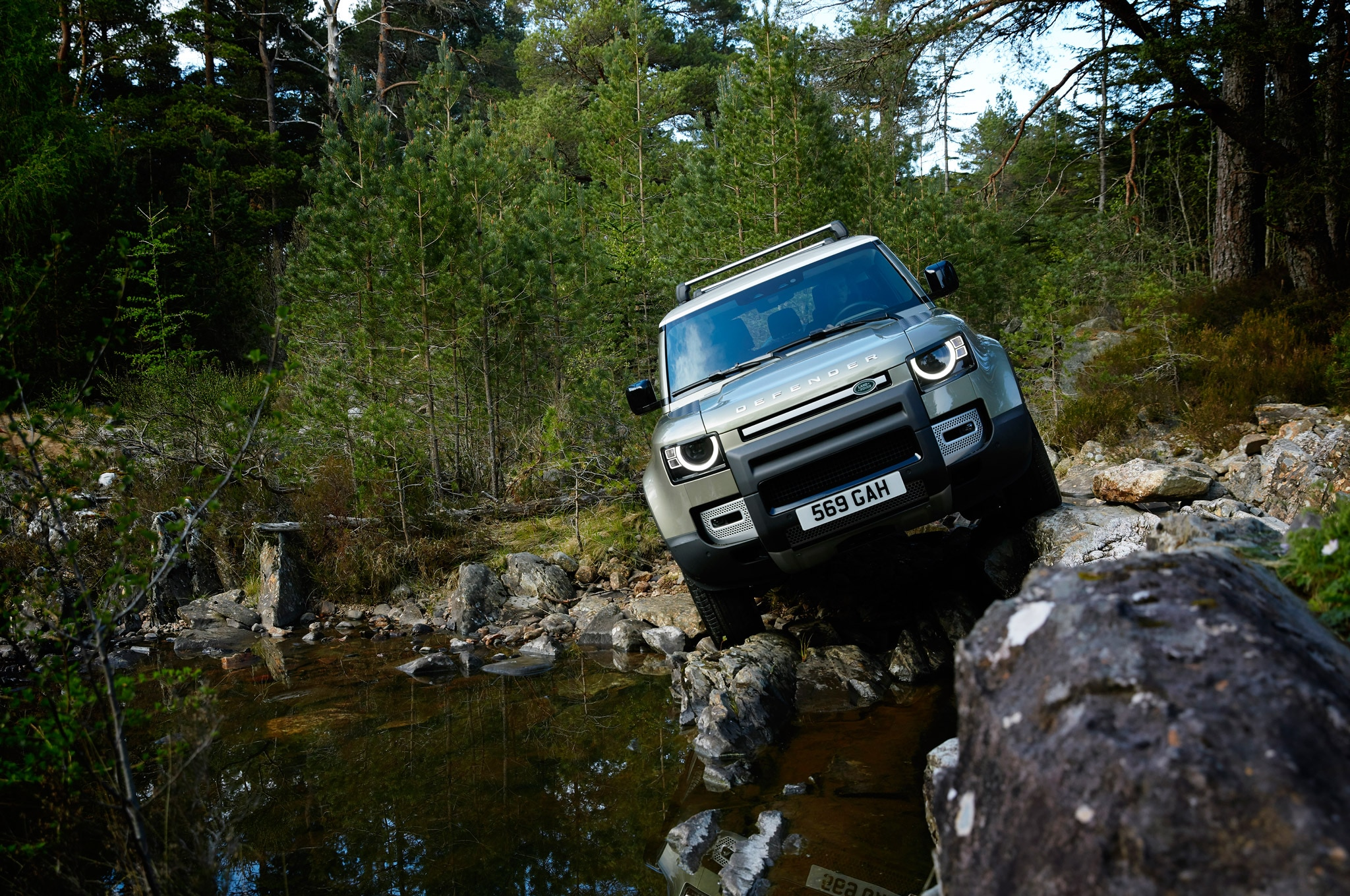 2020 land rover defender 90 off road rocks 02