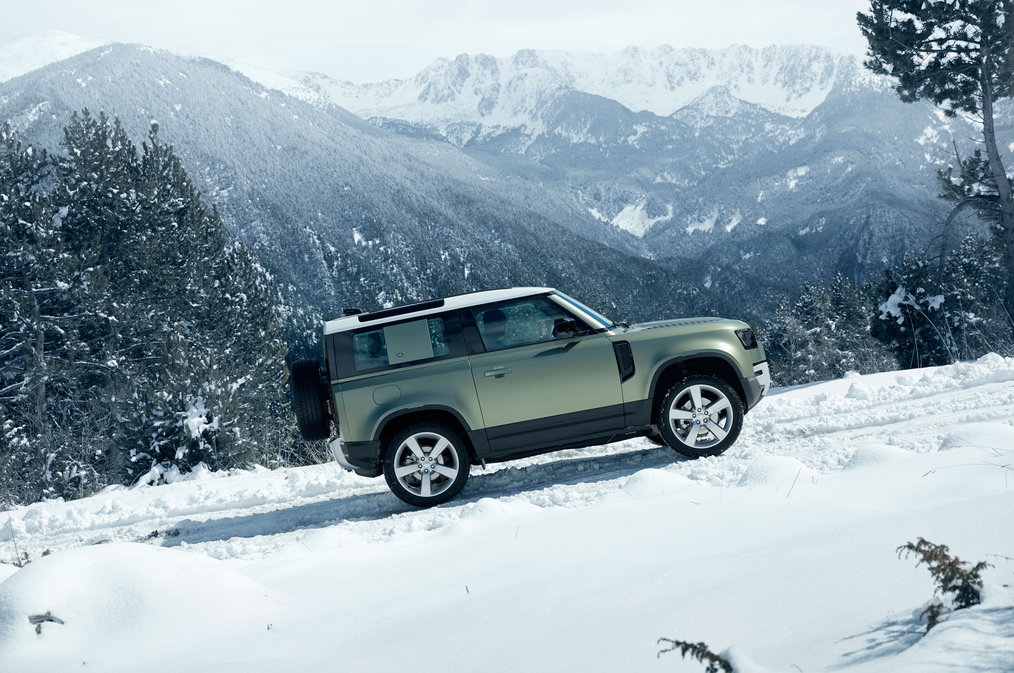 2020 land rover defender 90 off road snow 02